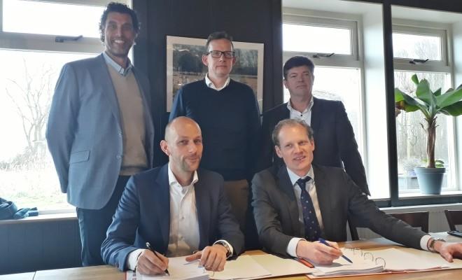 Ondertekening contract voor de nieuwbouw van 48 woningen Weespersluis  te Weesp